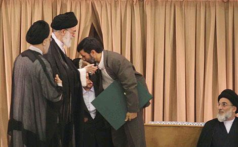 بوسه دکتر احمدی نژاد بر دستان امام خامنه ای